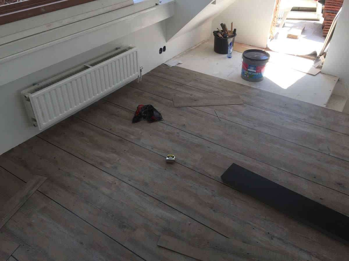 Stroken pvc vloer leggen in een woning in groningen