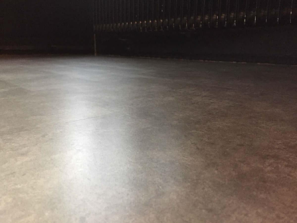 Saneren en aanbrengen van een pu coating op een pvc vloer in hotel