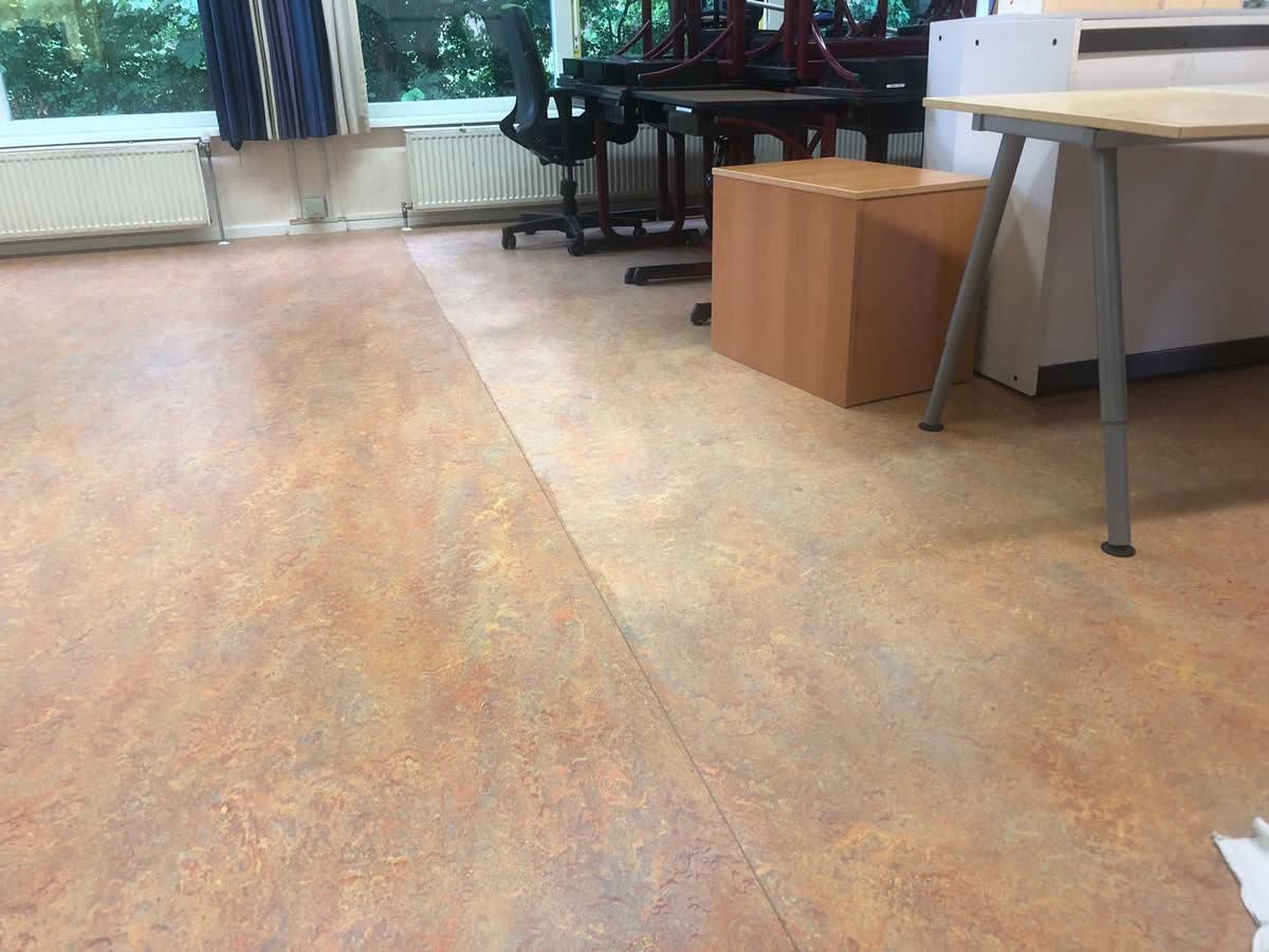 Linoleum vloer schoonmaken in de samenwerkingsschool op wier